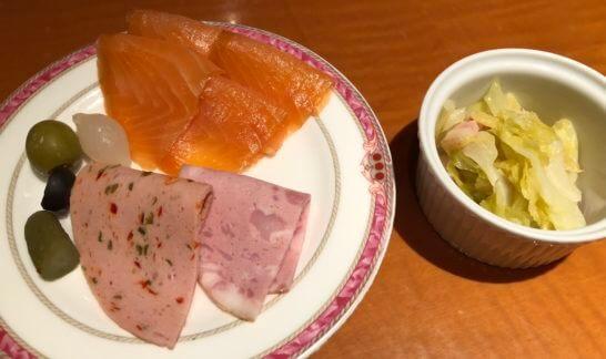 オリーブ等、スモークサーモン、サラミ、野菜と酢の和え物