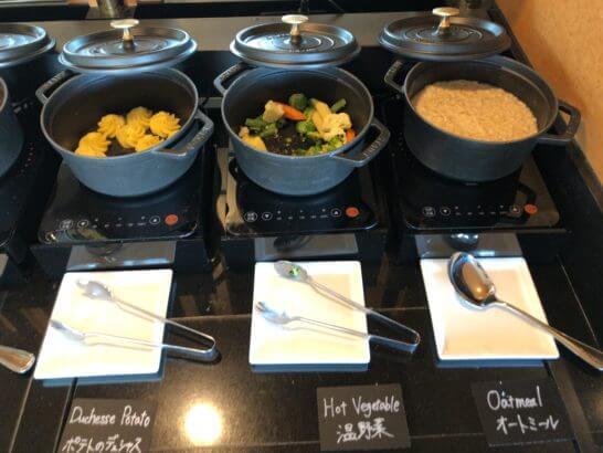 ウェスティン・エグゼクティブ・クラブラウンジの朝食 (ポテトのデュシャス・温野菜・オートミール)