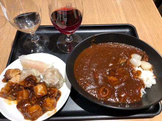 サクララウンジ(羽田空港国際線)の白・赤ワイン、麻婆豆腐とJAL特製ビーフカレー