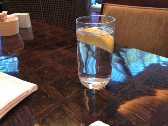 ウェスティンホテル東京のザ・テラスの水にレモン