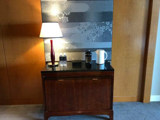 ザ・リッツ・カールトン東京のデラックスルームのコーヒーマシン・水