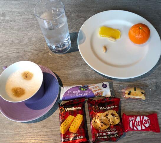 東京マリオットホテルのエグゼクティブラウンジのみかん・ドライフルーツ・Walkersのクッキー・シリアルバー・キットカット
