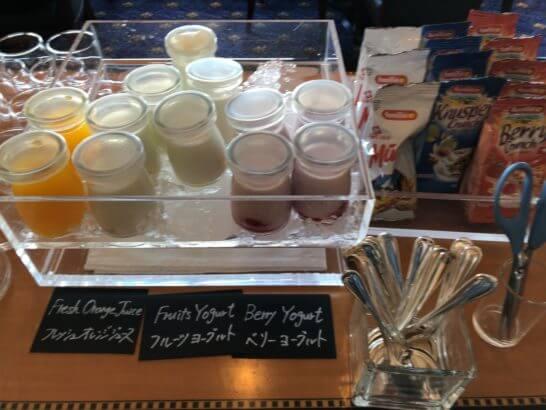 ウェスティン・エグゼクティブ・クラブラウンジの朝食 (フレッシュオレンジジュース・フルーツヨーグルト・ベリーヨーグルト)