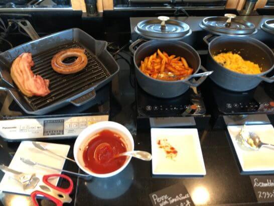 ウェスティン・エグゼクティブ・クラブラウンジの朝食 (ソーセージ・ベーコン・パスタ・スクランブルエッグ)
