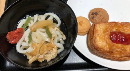 サクララウンジ(羽田空港国際線)のうどん、パン、クッキー