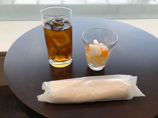 TIAT LOUNGEのウーロン茶と杏仁豆腐