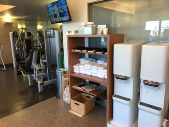 ウェスティンホテル東京のフィットネススタジオのトレーニングマシン・タオル・水