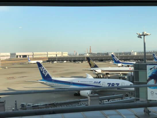 TIAT LOUNGEの窓からの眺め(ANAの飛行機)
