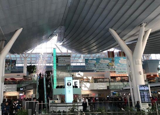 羽田空港国際線ターミナルの出国前のフロア