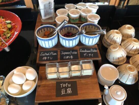 ウェスティン・エグゼクティブ・クラブラウンジの朝食 (ゆで卵・豆腐・梅干し・お新香・ザーサイ・焼海苔・納豆)