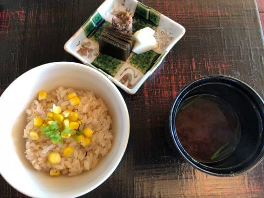 帆立と玉蜀黍御飯、香の物、赤出汁