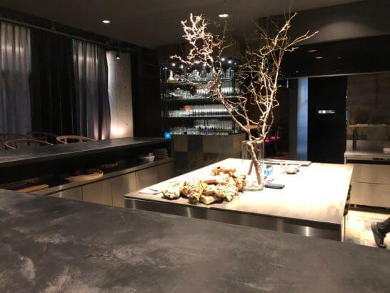 フロリレージュのオープンキッチンと客席