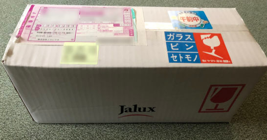 JALショッピングで買ったファーストクラス搭載ワインの段ボール