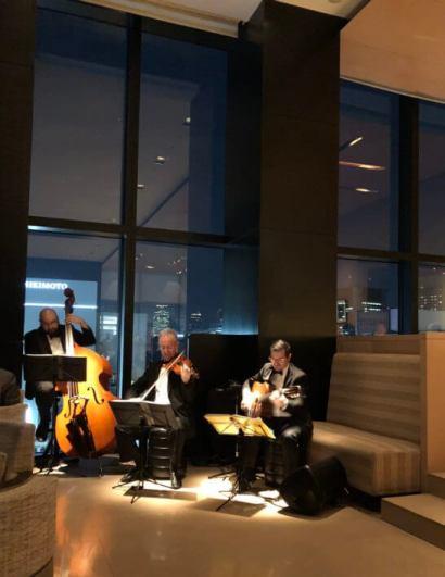 ベージュ アラン・デュカス 東京の「ジュール・ヴェルヌ」&シャンパーニュ「ベル エポック」の生演奏
