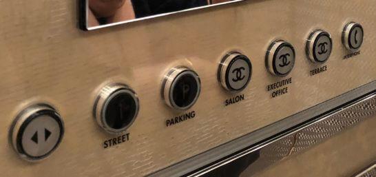 シャネル銀座ビルのエレベーターのボタン