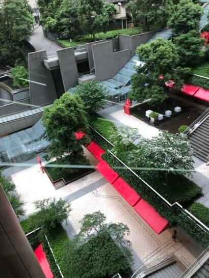 泉ガーデンタワーのエスカレーターからの景色