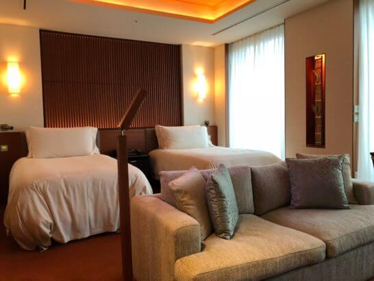 ザ・ペニンシュラ東京のプレミアルームのベッドとソファー