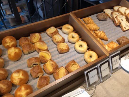 横浜ベイシェラトン ホテルのクラブラウンジの朝食パン