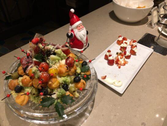 横浜ベイシェラトン ホテルのクラブラウンジのおつまみ、イチゴのデザート、果物