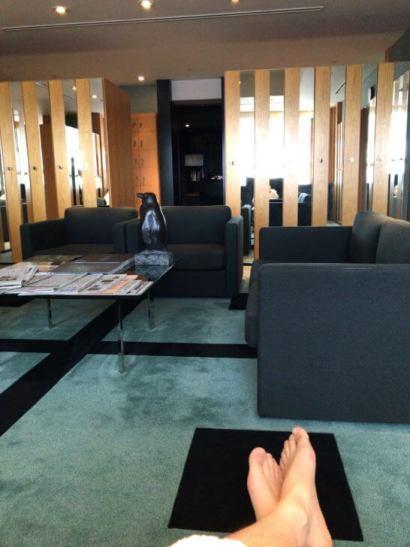 クラブ オン ザ パークのソファー席でリラックスするシーン