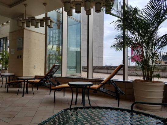 横浜ベイシェラトンホテルのプールのソファーベッド
