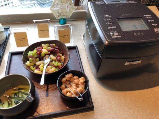 横浜ベイシェラトン ホテルのクラブラウンジのご飯、漬物、煮豆