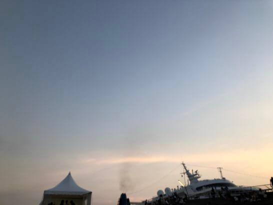 アメックスの横浜花火大会の夕暮れ時の空