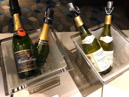 横浜ベイシェラトンホテルのクラブラウンジのスパークリングワインと白ワイン