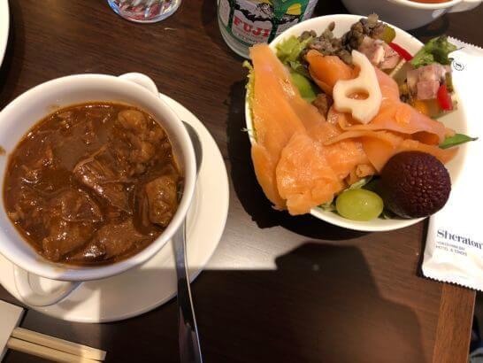 横浜ベイシェラトンホテルのクラブラウンジのカクテルタイムの野菜、ビーフシチュー