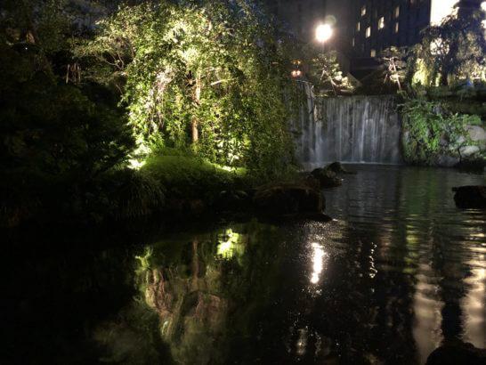 ホテルニューオータニの日本庭園の滝(夜)