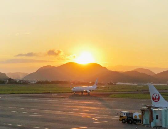 高知空港に到着するJALの飛行機