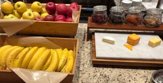 コンパスの朝食のチーズ、リンゴ・バナナ