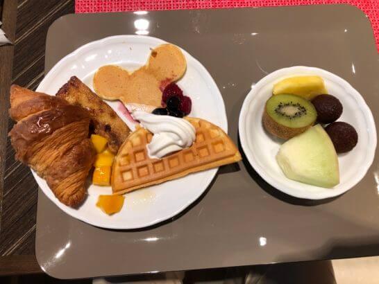 クロワッサン、ホットケーキ、プディング、ソフトクリームをのっけたワッフル、フルーツ