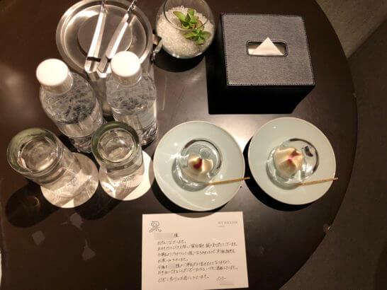 セントレジスホテル大阪のターンダウンで戴いた水・氷・お菓子・メッセージ