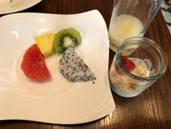 セントレジスホテル大阪の朝食(フルーツ・ミューズリー・ジュース)