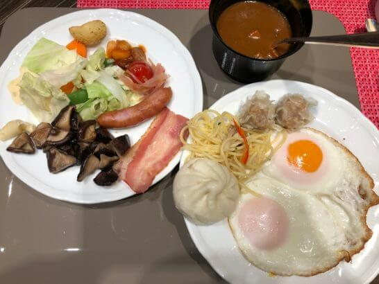 コンパスの朝食のホットミール、目玉焼き、カレー