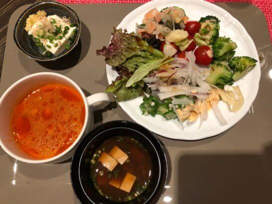 豆腐、ミネストローネ、味噌汁(赤だし)、サラダ