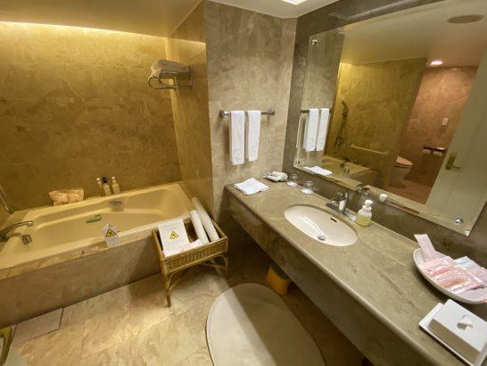 ホテルオークラ東京ベイのスーペリアツインの洗面所・バスタブ