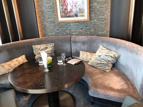 フォーシーズンズホテル丸の内 東京のMOTIFのソファー席