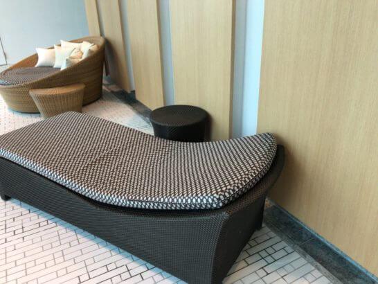 コンラッド東京のプールサイドのソファーベッド