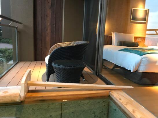 熱海せかいえの客室露天風呂とバルコニーの椅子