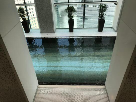 コンラッド東京の「水月スパ&フィットネス」のプール