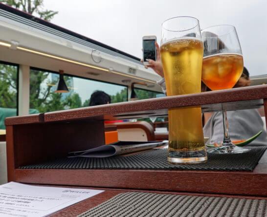 屋根を開けた東京レストランバスとビール・烏龍茶