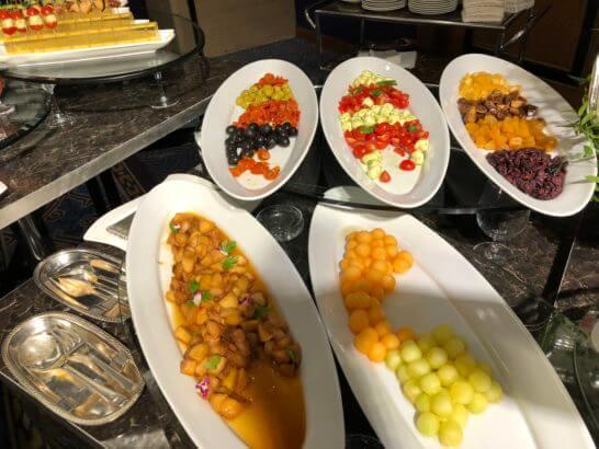 ダイナースクラブ フランスレストランウィークのガラディナーのオリーブ・トマト・チーズ・ドライフルーツ・フルーツ