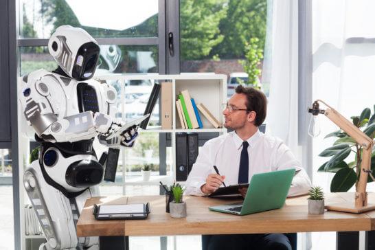 人工知能搭載のロボットと男性