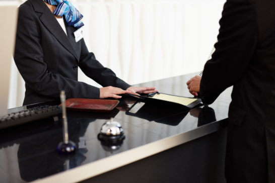 ホテルのフロントのチェックイン手続きのイメージ