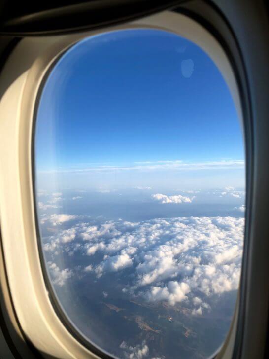 JALの飛行機の窓からの青空と雲