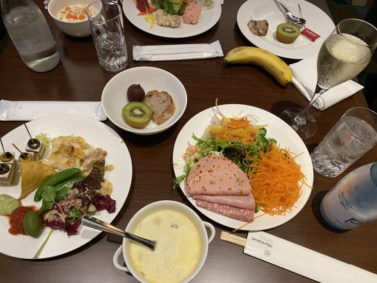 横浜ベイシェラトンのクラブラウンジのカクテルタイムの食事・ドリンク