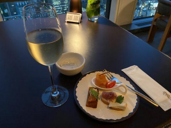 アンダーズ東京のラグジュアリーラウンジアワーのスパークリングワイン、カナッペ