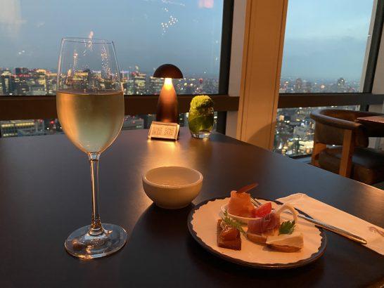 アンダーズ東京のラグジュアリーラウンジアワーのスパークリングワイン、3種類のカナッペ